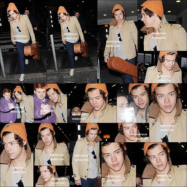 07/01/13 : H. Styles a été photographié tout seul arrivant à l'aéroport « Heathrow », dans Londres ! Comme vous pouvez le voir il n'y a pas Taylor avec lui pour la simple est bonne raison que Monsieur est de nouveau libre.