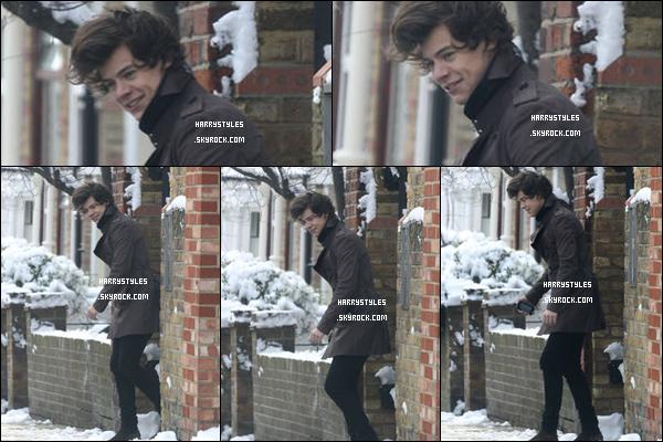 21/01/13 : Harry Styles a été vu tout souriant sortant de chez lui, dans Londres ! Comme vous pouvez le voir, il a neigé à Londres et ça a l'air de faire sourire Monsieur Styles.