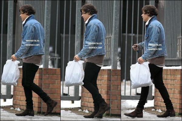 22/01/13 : Harry Styles a été vu par les pap's entrant dans l'office , à Camden ! Les répétitions continuent pour les boys, il me semble que la tournée arrive, je suis pressée pas vous ?
