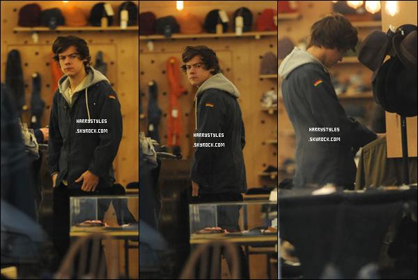 23/01/13 : Harry Styles a été vu se promenant tout seul, il a également retiré de l'argent, à Londres. Il a ensuite été aperçu dans un magasin qui se situe a l'Est de Londres. Un top pour la tenue, mais bof pour le manteau.