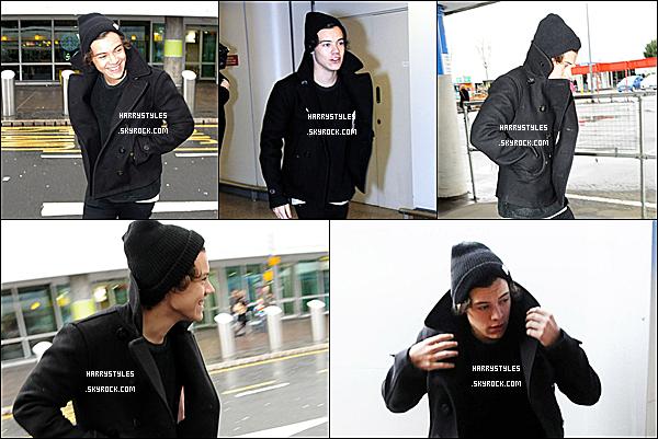 27/01/13 : Harry Styles a été vu arrivant à  « Glasgow's Airport » tout souriant , à Glasgow. Concernant cette tenue, j'aime bien et oui c'est l'hiver Harry il faut se couvrir pas autant mais bon. Top sinon.
