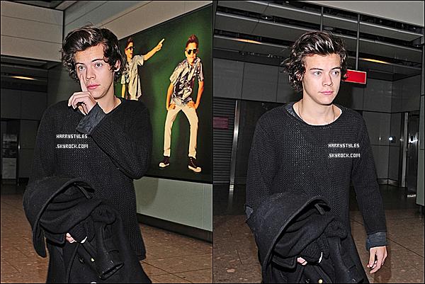 28/01/13 : Harry Styles a été vu arrivant à « Heathrow » l'aéroport international de la capitale anglaise. Journée chargée puisqu'il a aussi été vu dans l'Est de Londres, mais aussi rentrant pour répété la tournée qui va bientôt débuter.