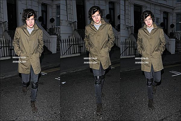 19/02/13 : Harry Styles a été vu encore une fois sans les garçons sortant une fête privé , à Londres. Sachez que la tournée démarre dans 4 jours, je suis vraiment impatiente de vous montrer chaque concert et chaque news.