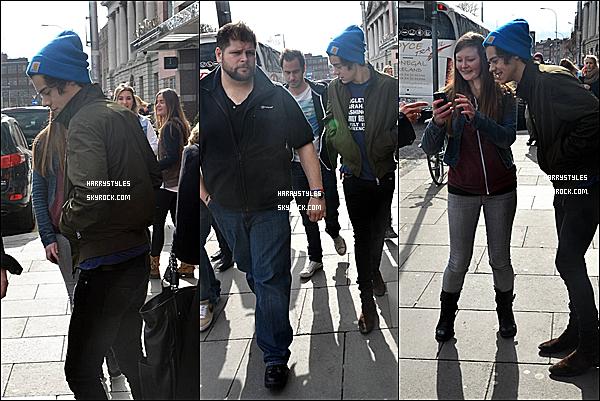 14/03/13 : Harry Styles en compagnie de Niall Horan quittant le  « TGI Friday's », dans Dublin, en Irlande. Putain enfin une sortie, des boys, La veille ils ont fait un concert qui se trouve en dessous de cette article, vraiment top pour la tenue!