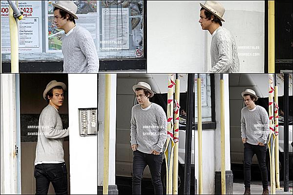 15/05/13 : Harry Styles en compagnie de son collègue Liam Payne dans Londres. Ils ont l'air d'entrée dans une sorte de bâtiment, surement pour un contrat n'est ce pas les gens ?