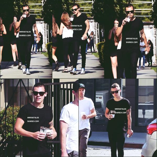 07.07.2015 - Harry a été aperçu faisant du shopping et surtout tout souriant, à Los Angeles ! Et bien Haz tu m'as l'air de bonne humeur, franchement ça fait plaisir à voir.  Un gros top pour la tenue j'aime beaucoup.