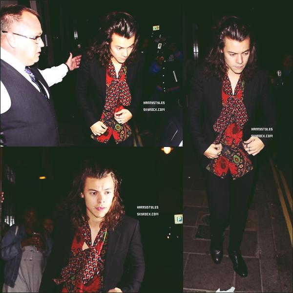 15.06.2015 - Harry a été aperçu à la soirée Loulou's Party, dans la capitale british Londres ! Le jeune homme a sorti la chemise rouge, j'aime moyen même si ça s'accorde bien donc c'est un moyen top. Si on peutdire.