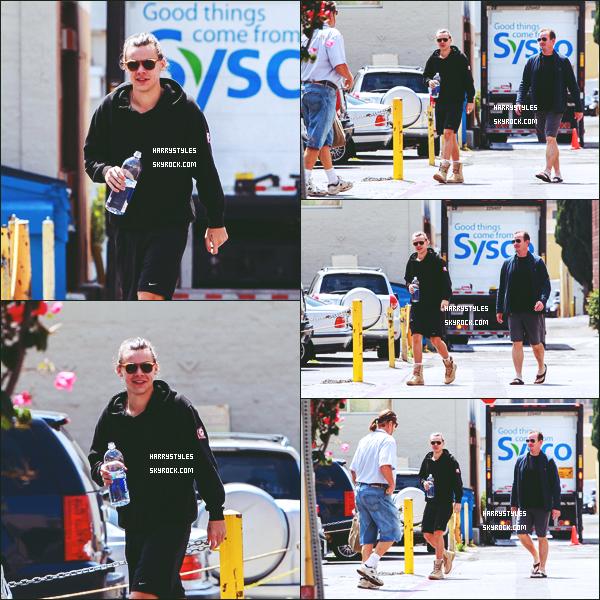 19.05.2015 - Harry a été aperçu dans une voiture qui est justement la sienne , à Los Angeles ! Il a ensuite était aperçu dans Los Angeles, le jeune homme profite des moments de pauses pour se promener. Un top pour lui.