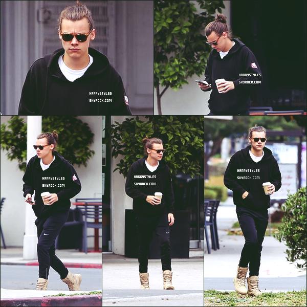 18.06.2015 - Harry a été aperçu encore tout seul par les journalistes dans la jolie ville de Los Angeles ! Le jeune homme a fait de sorti une ou il rentre dans sa voiture et une ou il se balade dans Los Angeles. Un top pour Monsieur Styles.