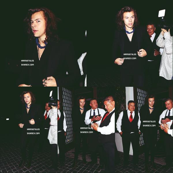 15.04.2015 - Harry a été aperçu quittant le restaurant Cecconi's tout seul, à West Hollywood ! J'aime beaucoup la tenue de Harry pour cette sortie, avec son petit foulard ça fait classe et vraiment propre. Je mets un top !