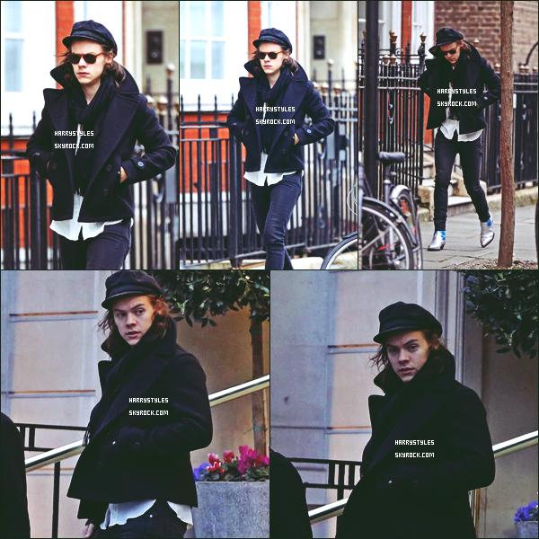 09.03.2015 - Harry Styles a été aperçu quittant sa maison pour rejoindre sa voiture, à Londres ! On va rien dire que les lunettes de soleil en plein mois de Mars surtout qu'il a pas l'air de vraiment faire soleil. Un top pour ça !