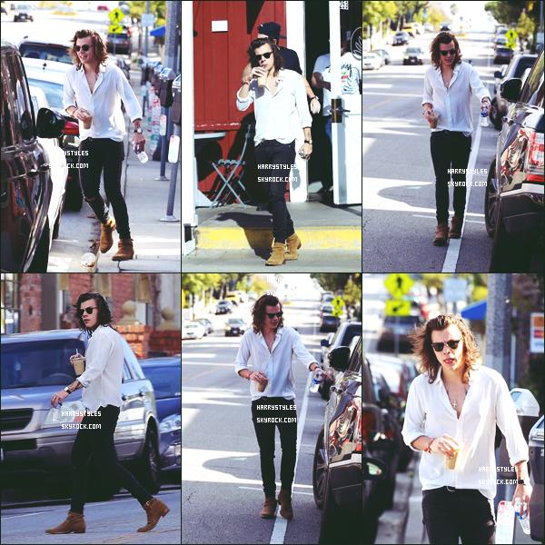 25.01.2015 - Harry Edward S. a été aperçu par les journalistes tout seul habillé de blanc, à Los Angeles ! Un gros top pour cette tenue, franchement Harry a une classe anglaise qui n'appartient qu'à lui je suis ravie de découvrir d'autre arts.