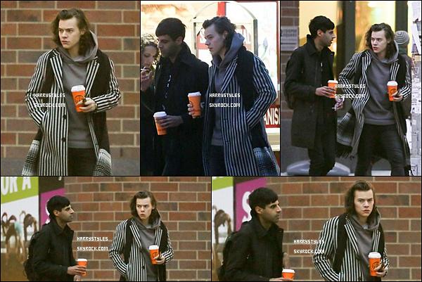 - 16/12/14 : Harry Styles a été vu par les paparazzis avec un ami en sa compagnie dans New York. Les garçons seront invités au SNL. J'aime trop sa tenue même son manteau très original et tellement lui à la fois . Un gros gros top.-