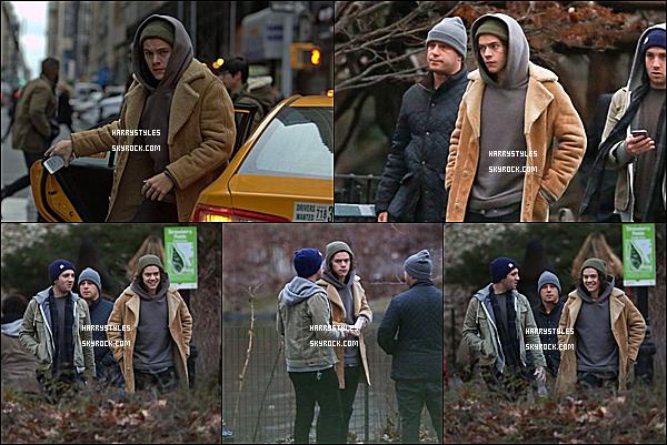 - 17/12/14 : Harry Styles a été photographiée par les paparazzis avec des amis dans New York. Monsieur est bel et bien entrain de se taper la croûte. Tu nous en donnes bae ? Pour la tenue c'est officiellement un gros top.-