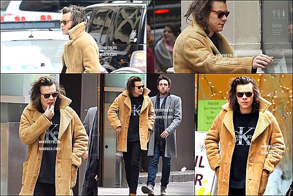 """- 20/12/14 : Harry Styles et le reste du groupe ont participé à l'émission """" Saturday Night Live"""" à NY. Je vous ai mis plusieurs photographies de la soirée des garçons. J'aime beaucoup cela m'a fait beaucoup sourire. Un gros top pour H."""