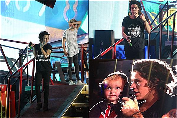 WWAT - Harry en compagnie des boys chantant à Nashville ! Les boys ont chanté le dix-neuf août 2014. Mr Styles est vraiment au TOP.