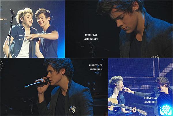 TMHT - Harry en compagnie des boys chantant à Londres, en Angleterre ! Les boys ont chanté du 4 au 6 Avril. Mr Styles est vraiment au TOP.