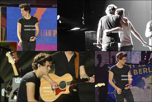 TMHT - Harry en compagnie des boys chantant à Birmingham,  au Royaume-Uni ! Les boys ont chanté le 17 Avril 2013. Mr Styles est vraiment au TOP.