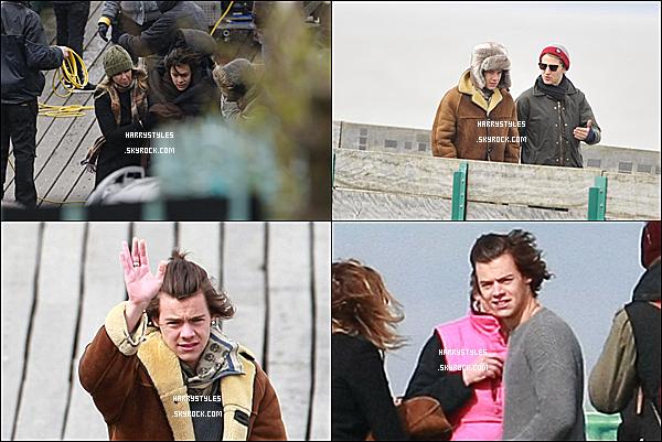24/03/14 : Harry Styles avec les boys sur le tournage du clip « You and I » à Clevedon Pier Somerset ! Il y a énormément de vent et il doit faire froid vu comment se tient Harry. Hâte de voir le clip de la chanson You and I !