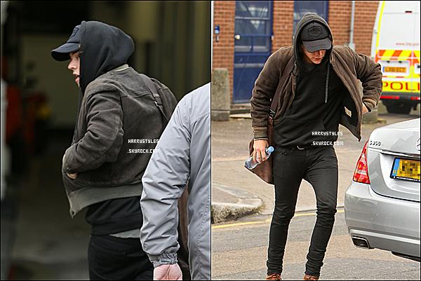 25/03/14 : Monsieur Harry Styles aperçu quittant le studios d'enregistrement à Londres ! H toujours couvert, et oui il fait froid à Londres Mr Styles. C'est quand même un jolie jolie TOP pour moi !