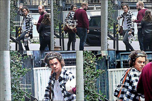 27/03/14 : Monsieur Harry Styles aperçu avec Niall Horan à « Camden Studio» dans Londres ! H est extrêmement bien habillé, j'adore tout sur tout. C'est le retour de la chemise à carreau. TOP pour moi !