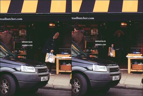 * 06.03.2016 - Harry Styles a été aperçu sortant d'un magasin capuche sur la tête dans Londres ! *