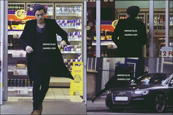 * 13.03.2016 - Harry Styles a été aperçu sortant d'un magasin bonnet sur la tête dans Londres ! *