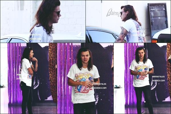 * 24.03.2016 - Harry Styles a été aperçu à l'intérieur et à l'extérieur du magasin Yves Saint Laurent ! *