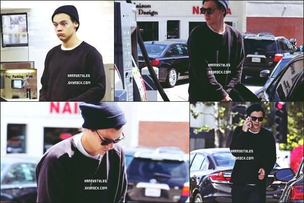 *  03.04.2016 - Harry Styles a été vu par les paparazzies arrivant faisant le plein d'essence de sa voiture dans Brentwood !  *