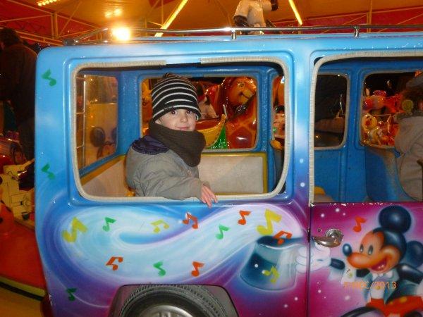 7 décembre 2013 : Notre 1er tour de manège, Ylan a d'abord testé tout seul et enfin ses frères ont voulu essayer à leur tour