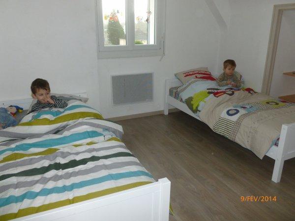 9 février 2014 : A 3 ans, ils découvrent leurs nouveaux lits de grands.