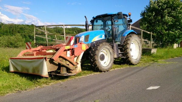 New Holland TSA 115 Delta avec faucheuse Kuhn