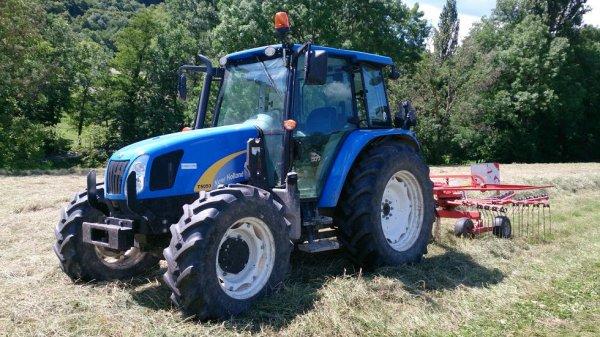 New Holland T5050 avec andaineur Kuhn