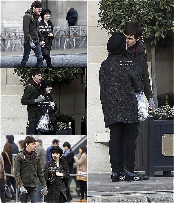 .  18 Mars 2013: Carly Jepsen et Matthew Koma ont étaient vue en train de se promener. ( Paris ) .