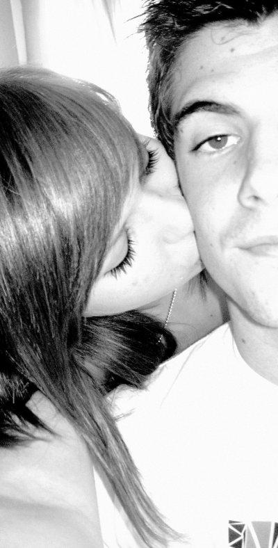 ( * ) Tu sais quand je ferme les yeux, je nous revoie tout les deux sur ce banc près du Trib' entrain d'échanger notre premier baiser.