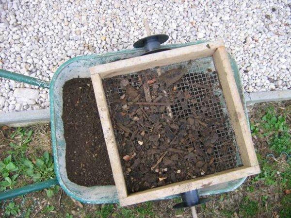 Comment utiliser du compost maison au jardin