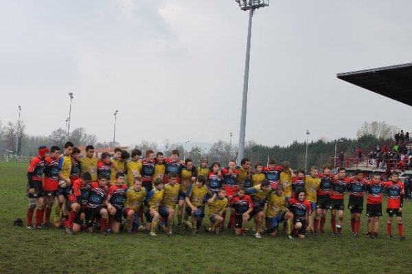 le rugby: aprés un match de finale même perdu voici un bon moment de partager avec l'équipe adverse