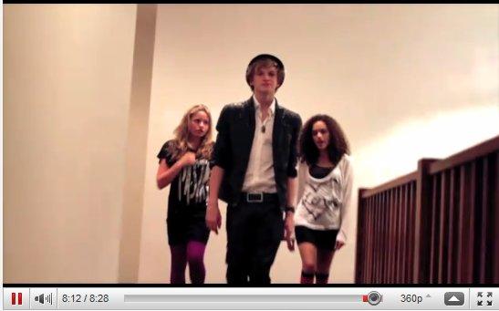 """Découvrez une vidéo de Cody, sa soeur Allie et Maddison Pettis + Une vidéo où l'on peut voir Cody reprendre la chanson I Want Candy pour la B.O du film """"HOP""""  (Cliquez sur l'image de la vidéo pour accéder a la vidéo)"""