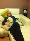 gerard  se repose  avec son chien