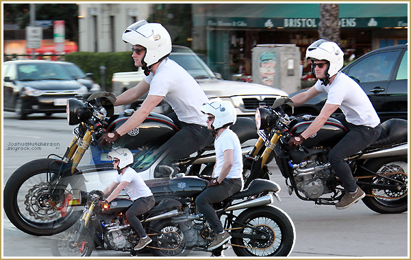 ■ Josh et la femme moto de sa vie. © Votre source française sur Josh Hutcherson.