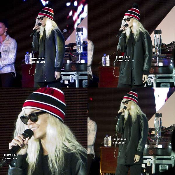 """. 10/03/2012 Rihanna répétant sa performance à l'évenement """"Make It Right"""", organisé par Brad Pitt+Toujours avec sa chevelure blonde, Rihanna a été aperçue hier en fin d'après-midi répétant pour l'évènement caritatif, « A Night to Make It Right », traduisez en français, « Une nuit pour la bonne cause », organisé par Brad Pitt et Ellen DeGeneres à la Nouvelle-Orléans, Louisiane (US)"""