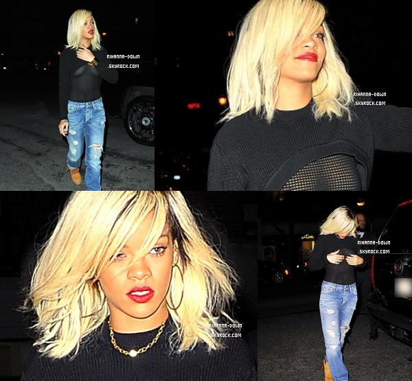 . 11/03/12 : Rihanna est arrivée dans l'après-midi à New-York où elle a atterri à l'aéroport de « LaGuardia » puis elle s'est ensuite rendue à son hôtel. Elle était déjà attendue par de nombreux photographes comme vous pourrez le voir dans notre galerie. Plus tard dans la soirée, Rihanna a dîné avec trois des ses plus fidèles fans au restaurant « Da Silvano » et elle s'est ensuite rendue en boîte de nuit.