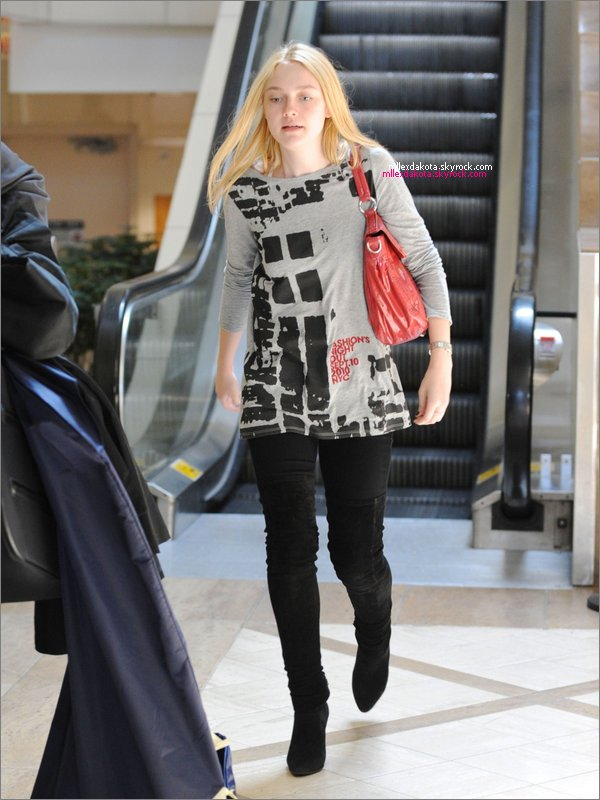. __12 SEPTEMBRE 2010 ; __Dakota arrivant au LAX Airport après son voyage à NY. .