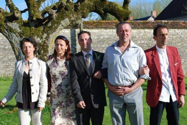 Photo de famille 3 de mes frères et deux soeurs . Mon frère Patrice est avant gilles sur la droite il pourrai être de la police et être chargé de l'afaire, il vient du futur ?