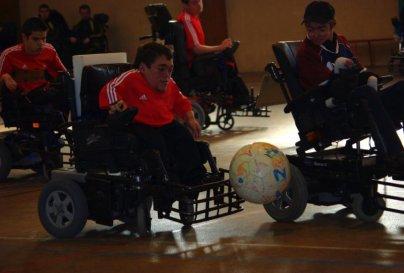 ils jouent au foot-fauteuil