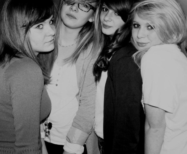 « L'amitié né sans raisons et avance sans horizon . ♥ »