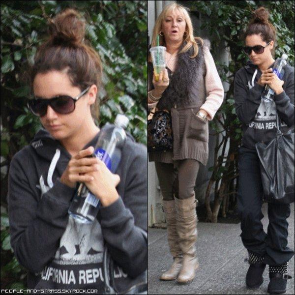 26 Janvier 2011 :  Ashley Tisdale allant à son cours de Gym en compagnie de sa mère