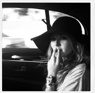 ■ [ Zoey Deutch ]  En Route pour le tournage?