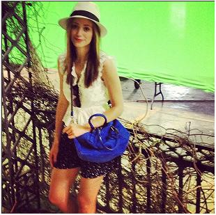 ■ [ On The Set ]  Emmy posant devant les décors