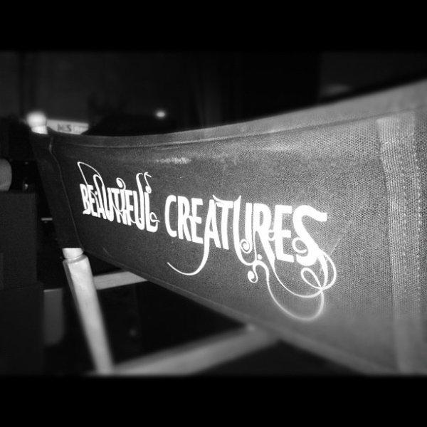 ■ [ On The Set ]  Emmy poste une photo de sa chaise